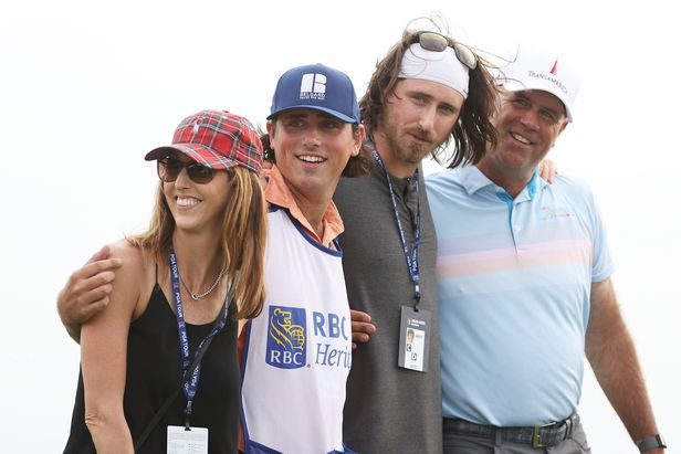 PGA투어 RBC 헤리티지에서 우승한 스튜어트 싱크(오른쪽부터)가 큰아들 코너, 둘째 아들이자 캐디를 맡은 레이건, 아내 리사와 함께 포즈를 취했다.